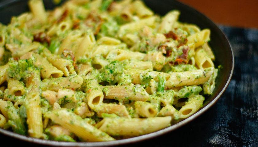Makaron z kurczakiem brokułem i suszonymi pomidorami w sosie śmietanowym