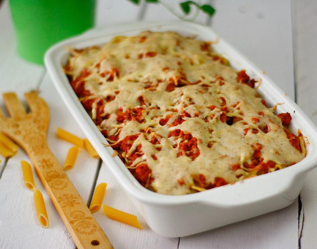 Zapiekanka makaronowa z mięsem mielonym sosem pomidorowym i sosem beszamelowym