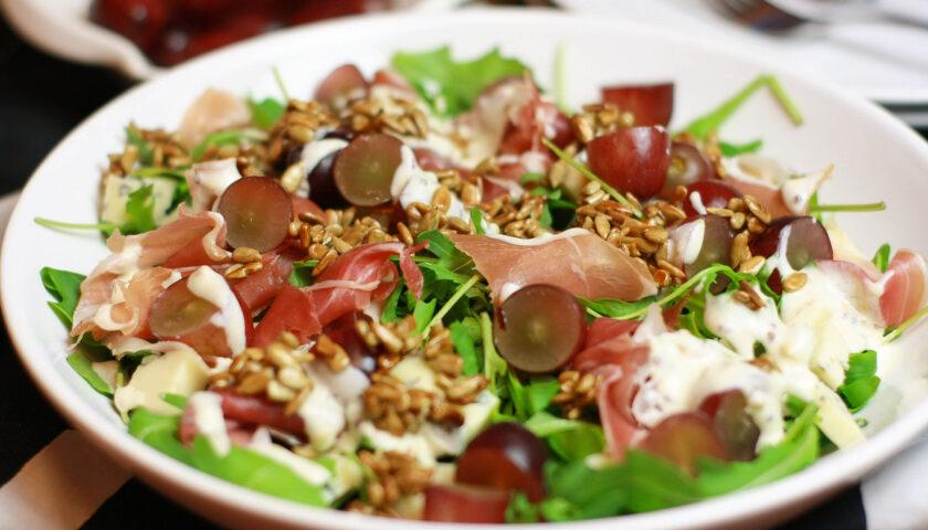 Sałatka z szynką szwarcwaldzką i serem pleśniowym - przepis